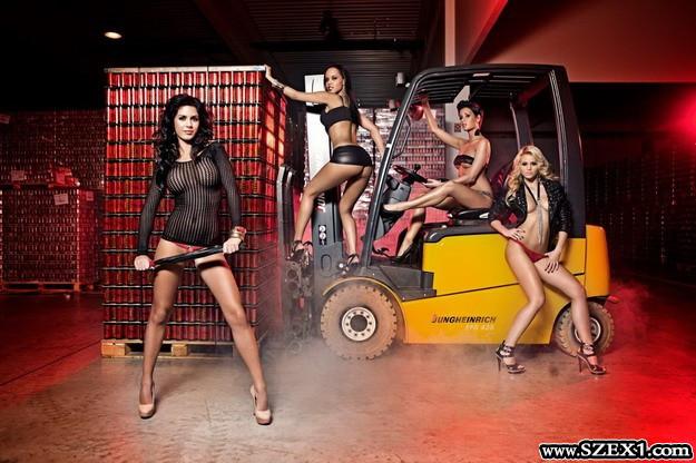 Nánási Pál a Hell 2012-es szexi naptárát fotózta