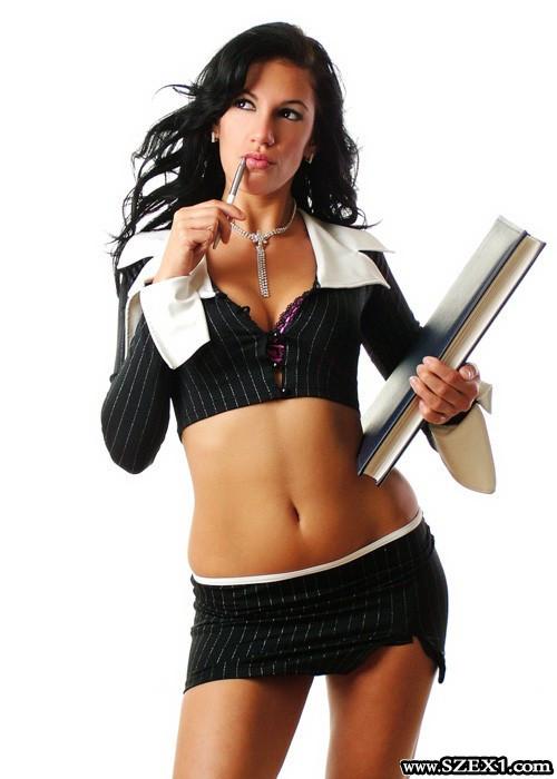 Fiatal, jó alakú, mindenre nyitott nő, a főnökkel kúrni kell!