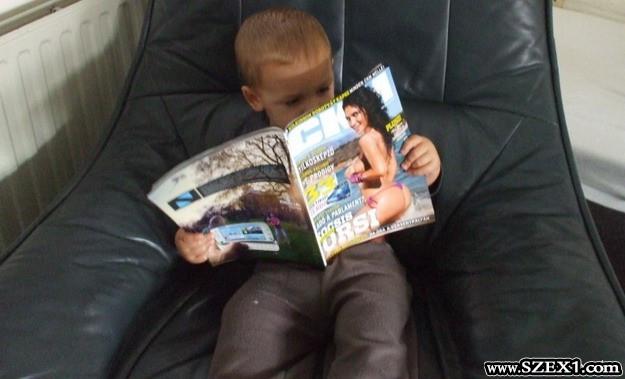 A kisfiú az újságban Kocsis Orsit bámulja