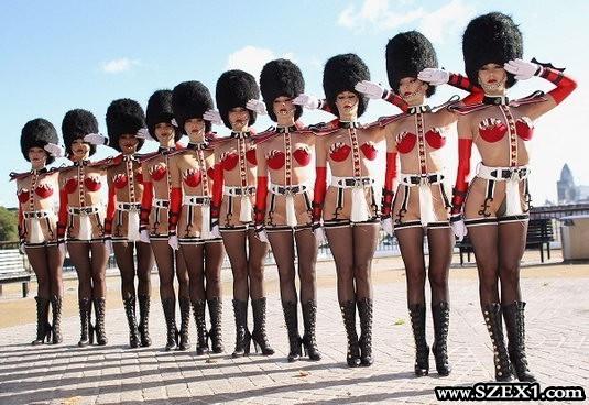 A párizsi Crazy Horse lányai az utcán mutogatták magukat